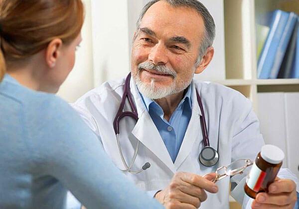 Доктор дает рекомендацию по лечению геморроя народными средствами