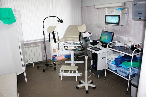 В кабинете проктолога проходит обследование и лечение больного