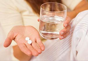Запивают таблетки только простой водой комнатной температуры
