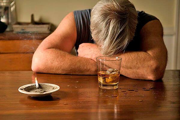 Одна из причин развития геморроя - злоупотребление сигаретами и спиртным