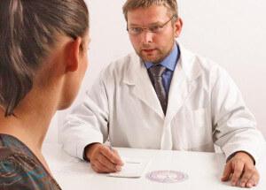 Доктор дает рекомендации по лечению геморроя мазями