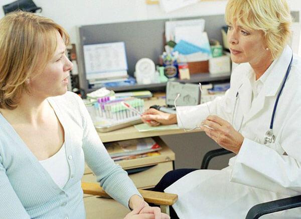 Проктолог поможет установить причину заболевания и назначит лечение