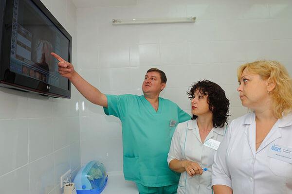 Бригада специалистов проводит диагностику и определяет метод лечения