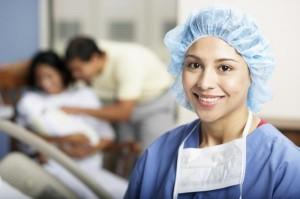 Медсестра оказывает помощь больному