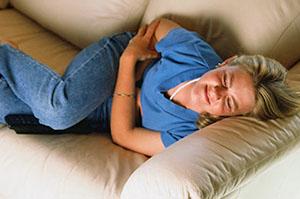 Частые боли в области живота - причина для прохождения колоноскопии