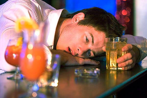 Чрезмерное употребление алкоголя - одна из причин образования геморроя