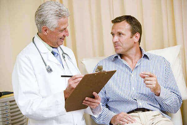 Доктор подбирает медикаментозное лечение пациенту