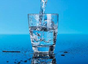 Вода в необходимом количестве поможет нормализовать стул и решить проблемы с геморроем