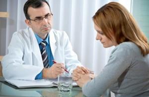 Доктор помогает лечить геморрой