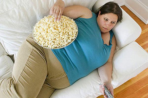 Неправильное питание и ожирение - одна из причин роста геморроидальных шишек