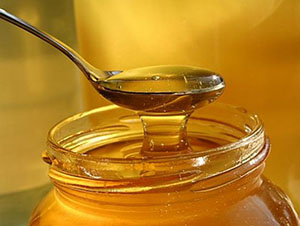 Мед используют для лечения геморроидальных шишек