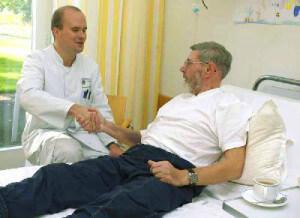 Оперативное вмешательство для лечения геморроя назначает доктор