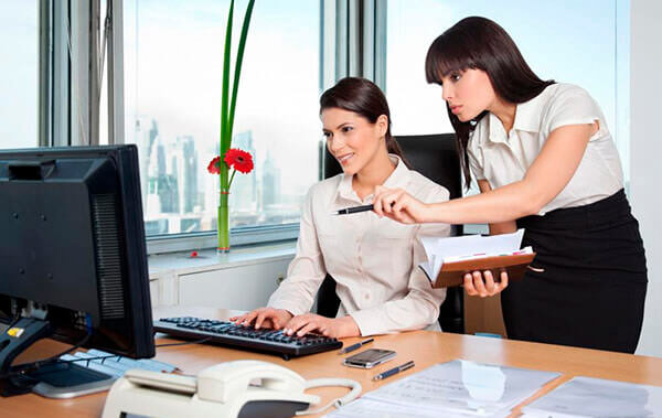 Большинство женщин работают в офисах, что увеличивает риск развития геморроя