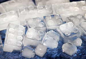 Кубики льда из холодильника помогут облегчить боль в анусе