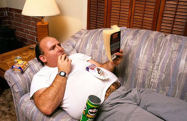 Малоподвижный образ жизни, неправильное питание, ожирение - причины развития геморроя