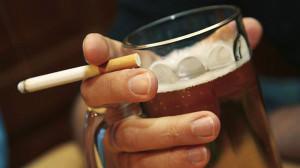 Злоупотребление алкоголем и сигаретами провоцирует развитие геморроя