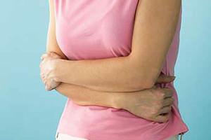 Боль бывает тупой, ноющей, острой и способна иррадировать в желудок или почки