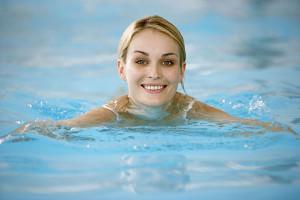 Плавание хорошо укрепляет мышцы тазового дна