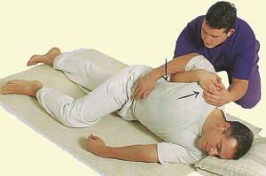 До приезда скорой помощи больному необходимо лечь