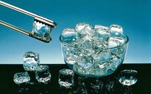 Растаявший лед используют для холодных примочек на геморрой