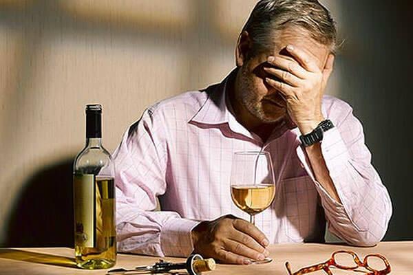 Злоупотребление алкогольными напитками - одна из причин развития геморроя