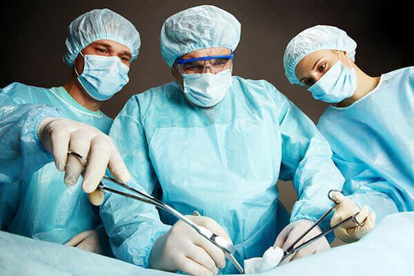 Идет операция по удалению тромбоза геморроидального узла