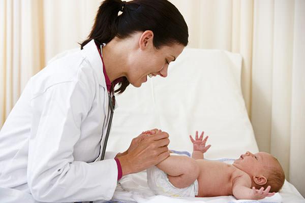 Обнаружить парапроктит можно при осмотре малыша
