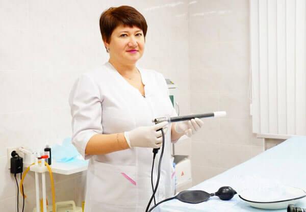 Врач-колопроктолог готовится к приему пациента