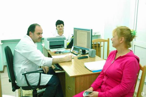 При первых симптомах воспаления заднего прохода необходимо обратиться к доктору