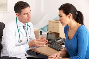 При появлении капель крови из ануса после родов необходимо обратиться к колопроктологу