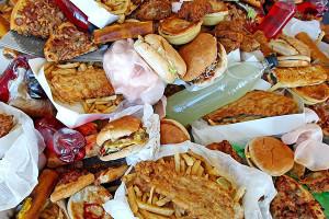 Чрезмерное потребление вредной для здоровья пищи приводит к развитию полипов в анальном канале