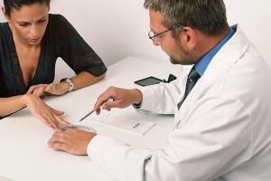 Выбор метода лечения шарика и сопутствующих проблем делает проктолог после осмотра пациента