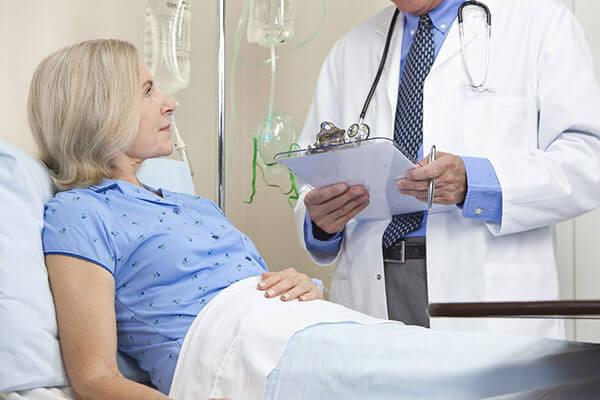 После операции по онкологии больной остается в стационаре для медикаментозной поддержки