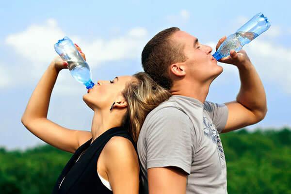 Правильный питьевой режим поможет решить проблему с геморроем