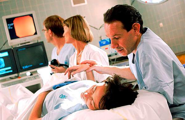 Обследование больного с помощью фиброколоноскопии