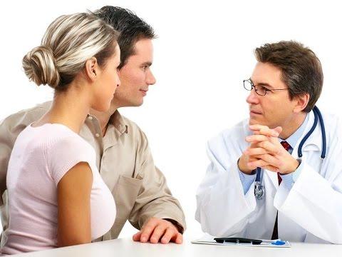 Врач беседует с пациентами