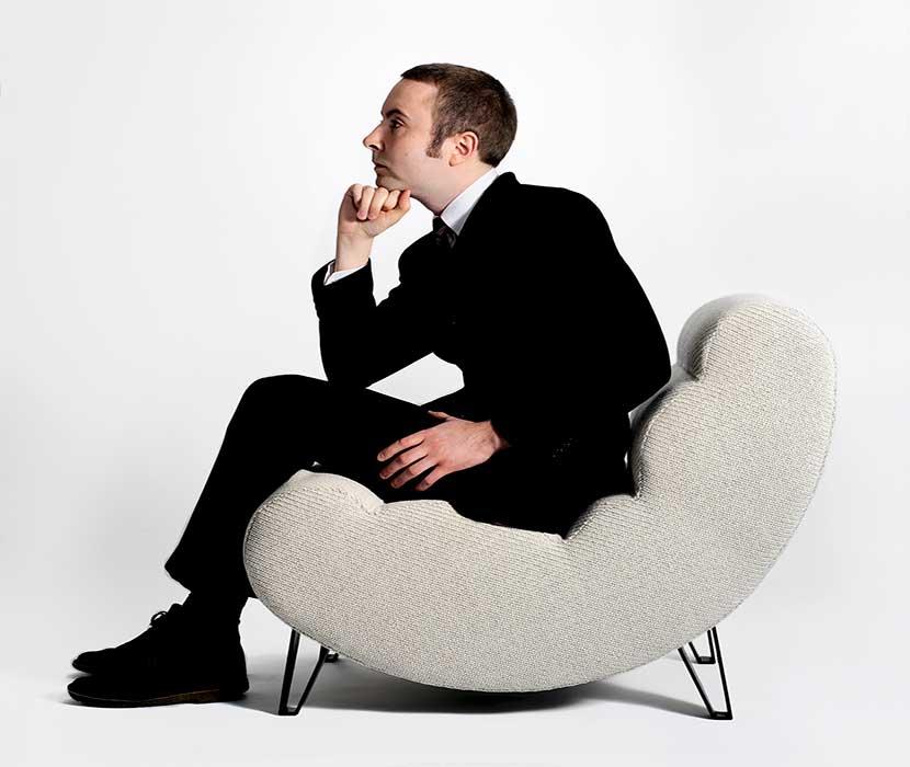 Мужчина сидит в кресле
