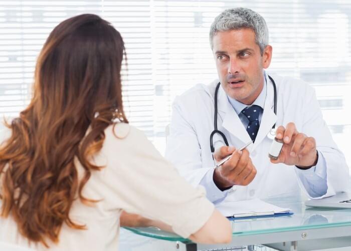 Врач объясняет пациентке