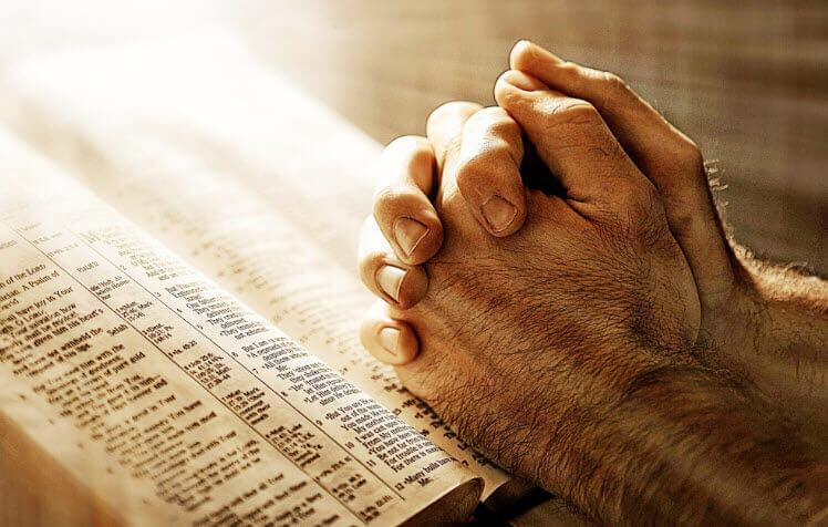 Человек молится